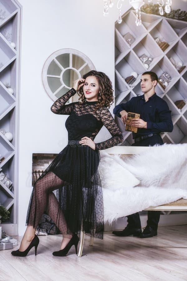 Dobiera się mężczyzna i kobiety pięknego i szczęśliwego i w świąteczny nowożytnym zdjęcia royalty free