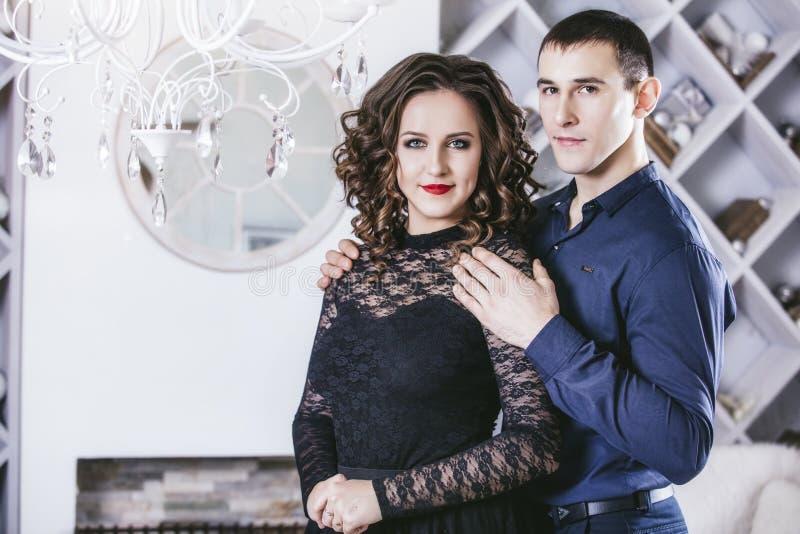 Dobiera się mężczyzna i kobiety pięknego i szczęśliwego i w świąteczny nowożytnym fotografia stock