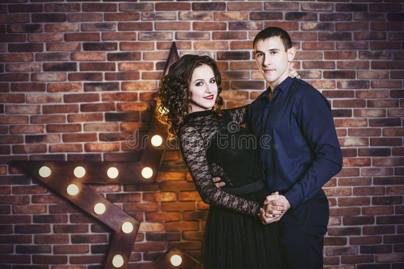 Dobiera się mężczyzna i kobiety pięknego i szczęśliwego i w nowożytnym interi obraz stock