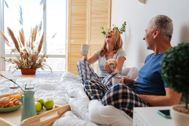 Dobiera się mieć dużo zabawę podczas gdy mieć śniadanie w sypialni obraz royalty free