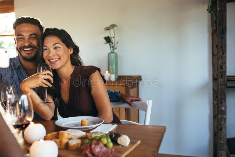 Dobiera się mieć obiadowego przyjęcia z przyjaciółmi bierze selfie zdjęcie royalty free