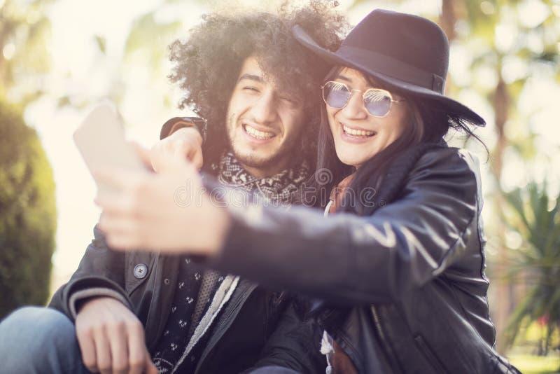Dobiera się mieć zabawę i bierze selfie fotografię themselves obrazy royalty free