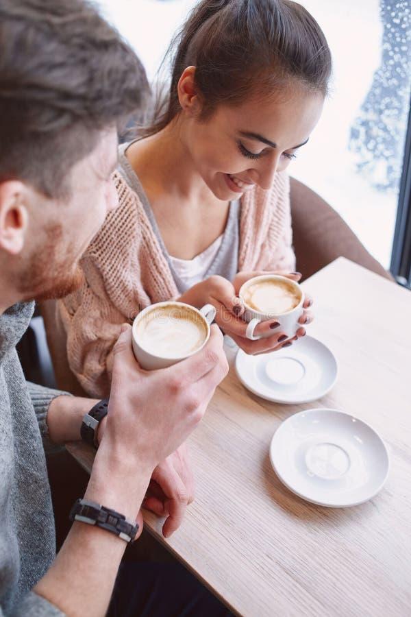 Dobiera się na dacie przy kawiarnią pije kawę obraz royalty free