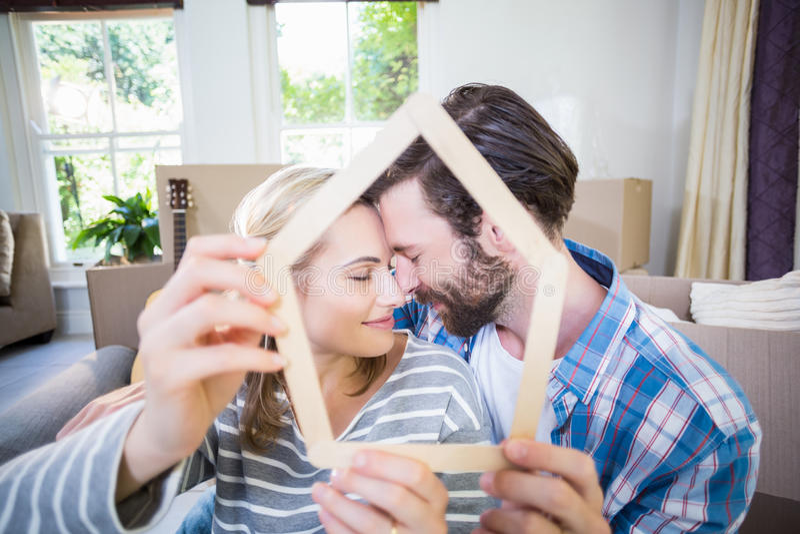 Dobiera się obejmowanie podczas gdy trzymający popsicle w żywym pokoju obrazy stock