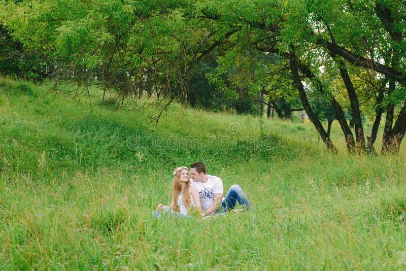 Dobiera się obsiadanie w lasowej trawie wydaje czas obrazy stock