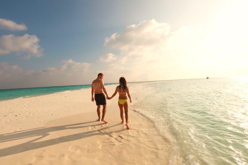 Dobiera się odprowadzenie na plażowego maldive zmierzchu dnia uroczym piasku zdjęcia royalty free
