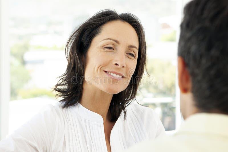 Dobiera się opowiadać wpólnie - kobiety ono uśmiecha się niezidentyfikowany mężczyzna zdjęcia royalty free