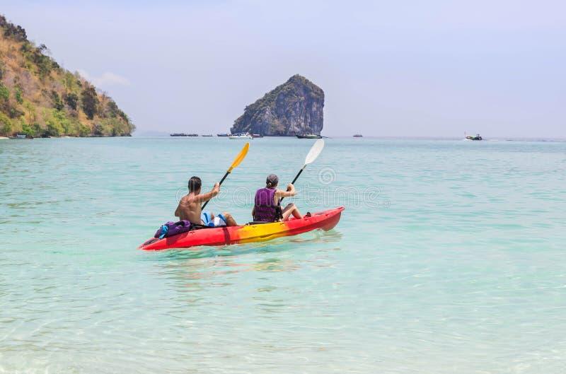 Dobiera się paddling kajaka w andaman morzu przy phi phi wyspą Tajlandia obrazy royalty free