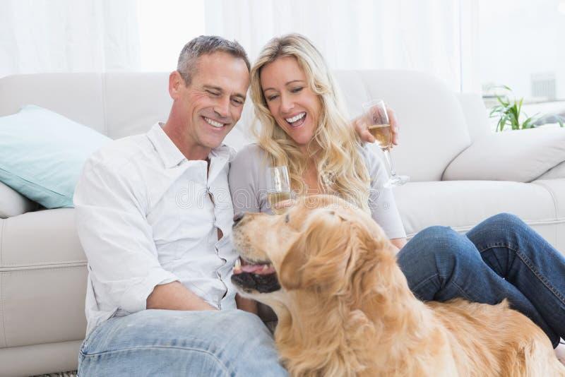 Dobiera się pić szampana z ich psem przed one fotografia stock