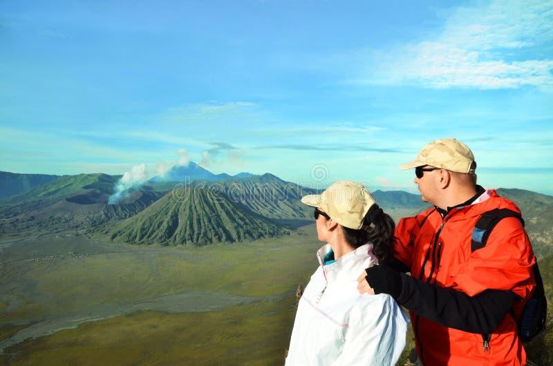 Dobiera się pobyt na odgórnym pobliskim wulkanie Bromo w Indonezja zdjęcia stock