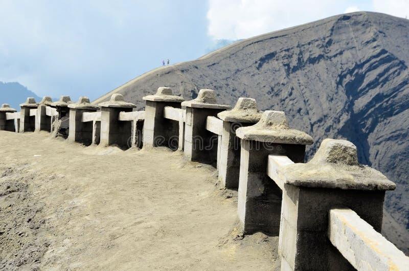 Dobiera się pobyt na odgórnym pobliskim wulkanie Bromo w Indonezja zdjęcie stock