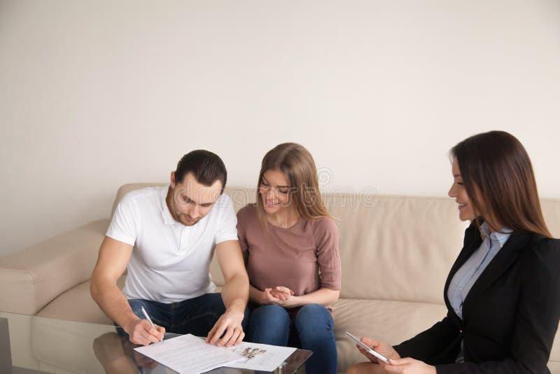 Dobiera się podpisywanie zgodę dla kupować wynajmowania mieszkanie, hipoteka zdjęcia royalty free