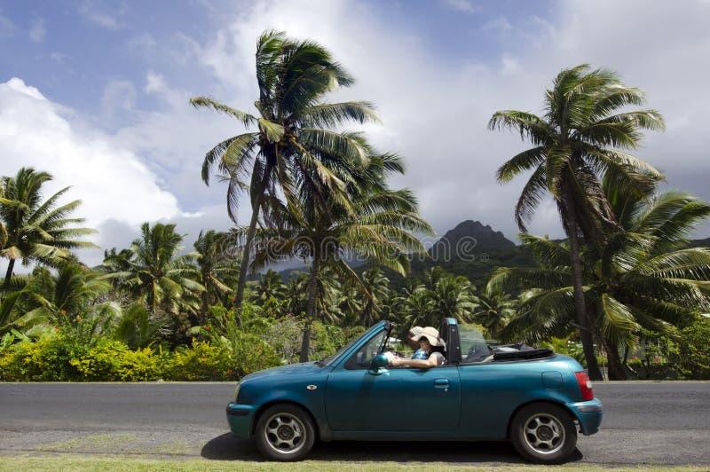 Dobiera się podróżować odwracalnym samochodem w Pacyficznej wyspie zdjęcia stock