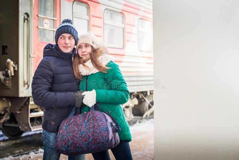 Dobiera się przy stacją kolejową blisko trenuje w zima czasie zdjęcie stock