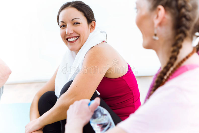 Dobiera się relaksować na joga macie i opowiadać po trening sesi zdjęcie royalty free