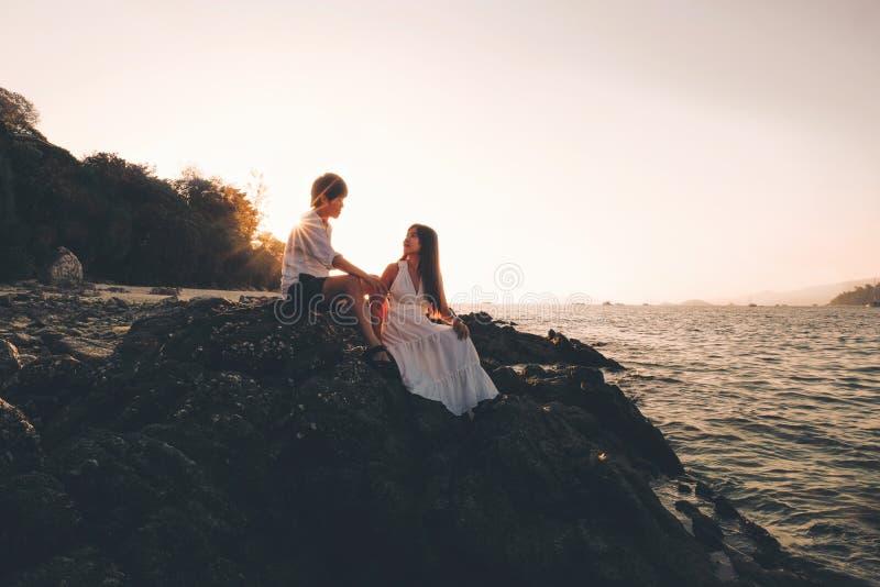 Dobiera się relaksującego pięknego zmierzch na Koh Lipe plaży Tajlandia, wakacje fotografia stock