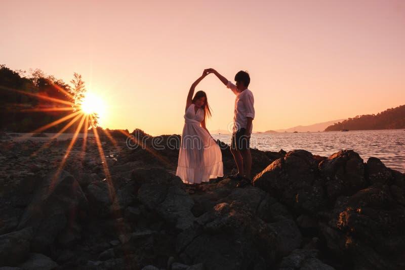 Dobiera się relaksującego pięknego zmierzch na Koh Lipe plaży Tajlandia, wakacje zdjęcie royalty free
