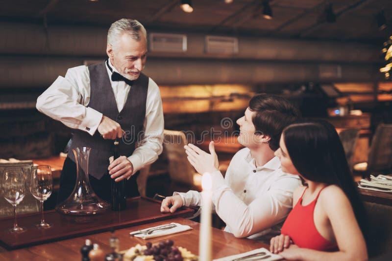 dobiera się on restauracja target1652_0_ uśmiechniętych potomstwa Przystojny mężczyzna i kobieta na dacie w restauraci zdjęcie royalty free