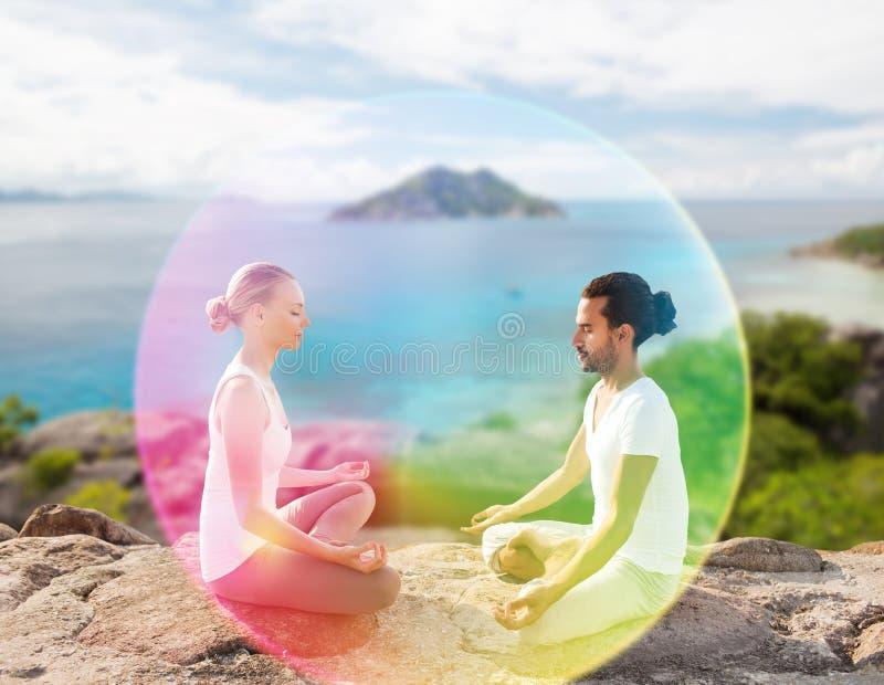 Dobiera się robić joga w lotosowej pozie z tęczy aurą zdjęcie royalty free