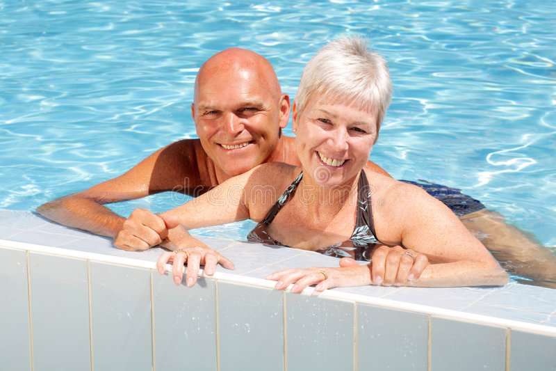 dobiera się szczęśliwego dorośleć basenu dopłynięcie fotografia royalty free