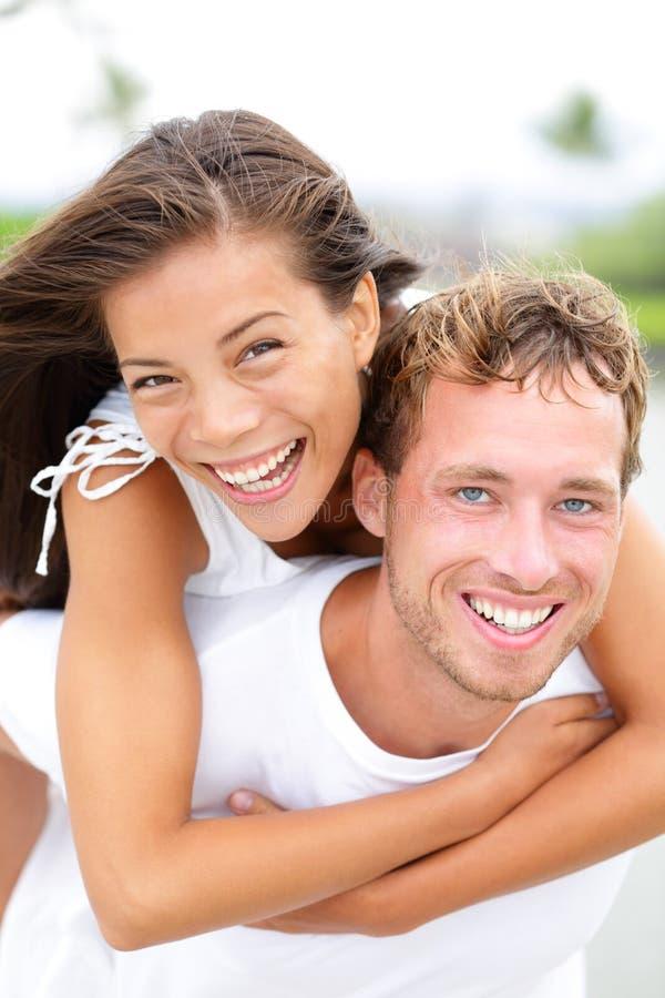 Para szczęśliwa mieć zabawy piggybacking fotografia stock