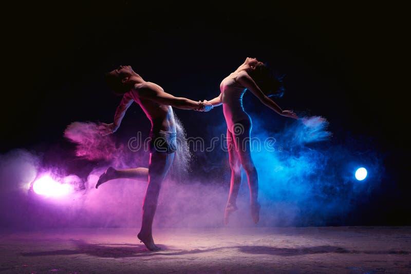 Dobiera się tana na scenie w chmurze proszek obraz stock