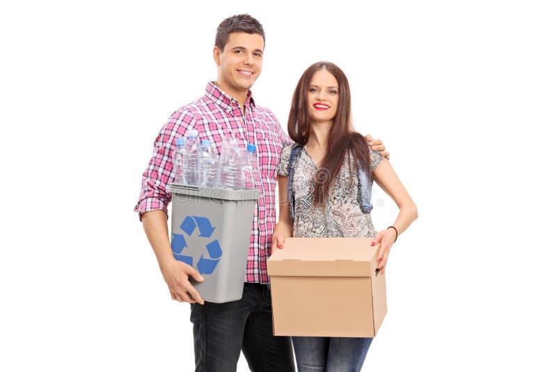 Dobiera się trzymać pudełko i przetwarzającego kosz fotografia stock