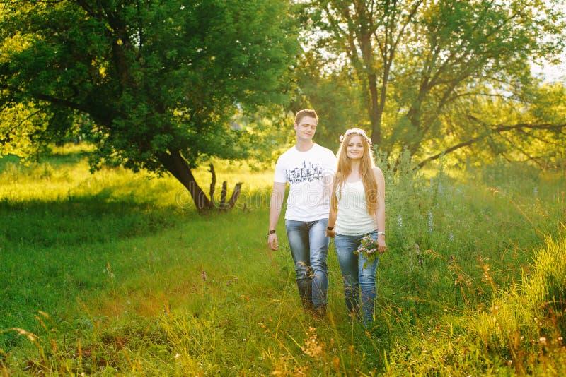 Dobiera się w białych koszula chodzi w zielonym lesie obrazy royalty free