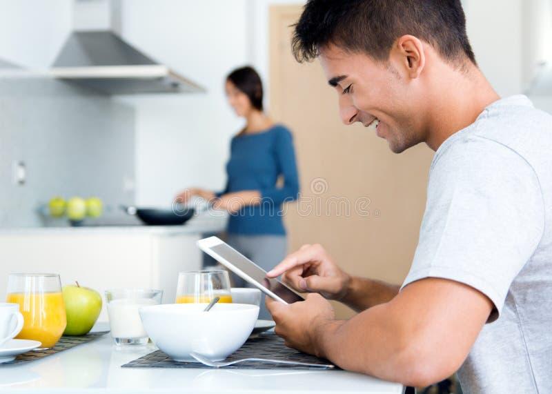 Dobiera się w kuchennym narządzania wyszukiwać i śniadania internecie fotografia stock