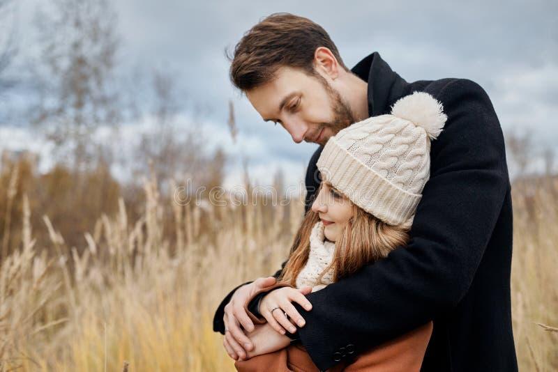 Dobiera się w miłości chodzi w parku, walentynka dzień Mężczyzna i kobieta obejmujemy i całujemy, para w miłości, czuli uczucia i obrazy stock