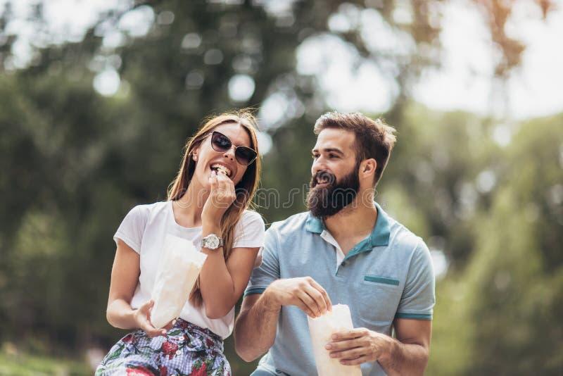Dobiera się w miłości je popkorn i cieszy się w momentach szczęście w miasto parku zdjęcie royalty free