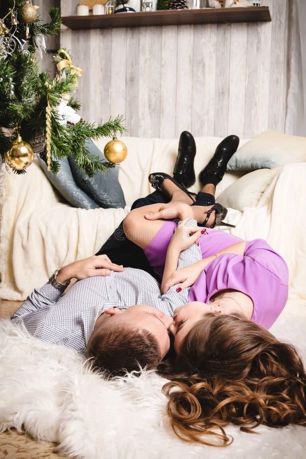 Dobiera się w pokoju dekorującym dla bożych narodzeń i nowego roku fotografia stock