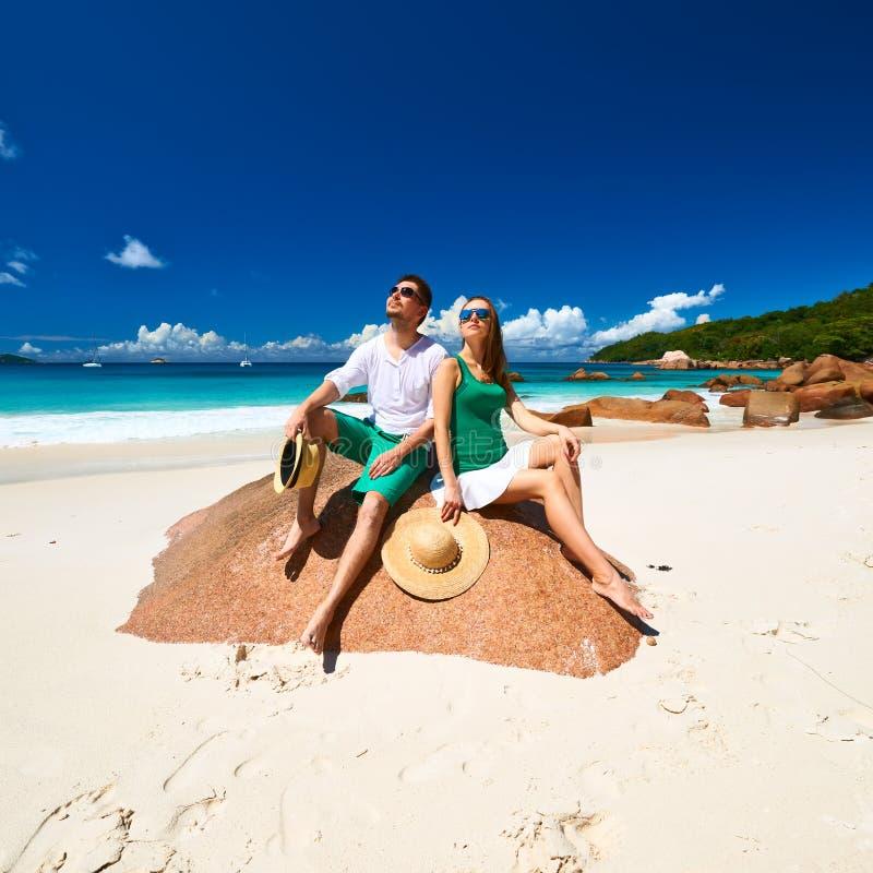 Dobiera się w zieleni na plaży przy Seychelles zdjęcie stock
