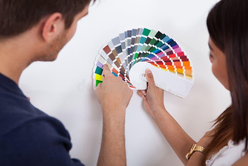Dobiera się wybierać kolor dla ściany przy nowym domem fotografia stock