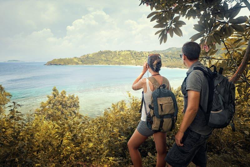 Dobiera się wycieczkowiczy ogląda przez lornetki enjoyin z plecakami obraz stock