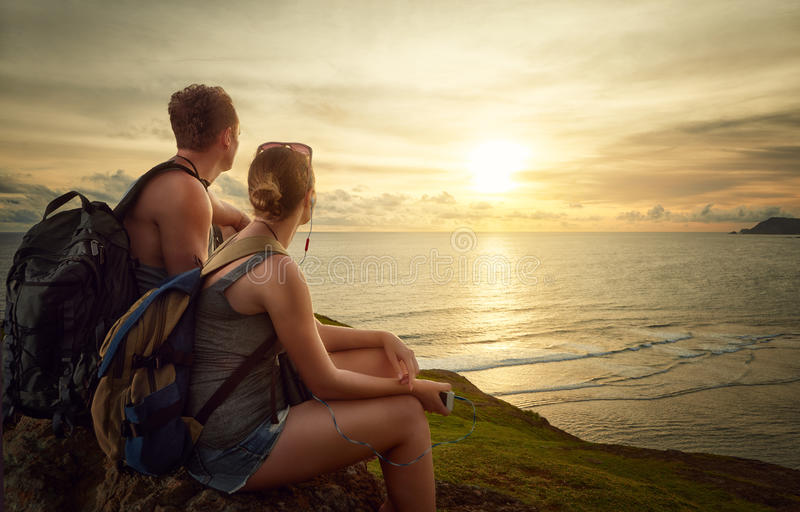 Dobiera się wycieczkowiczy z plecakami cieszy się wschód słońca na górze mounta zdjęcia stock