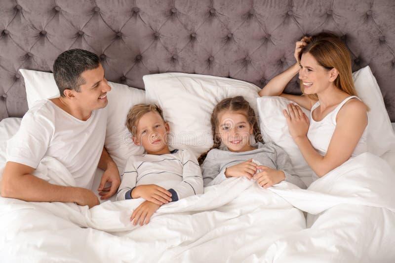 Dobiera się z dziećmi kłama pod koc w łóżku obraz royalty free