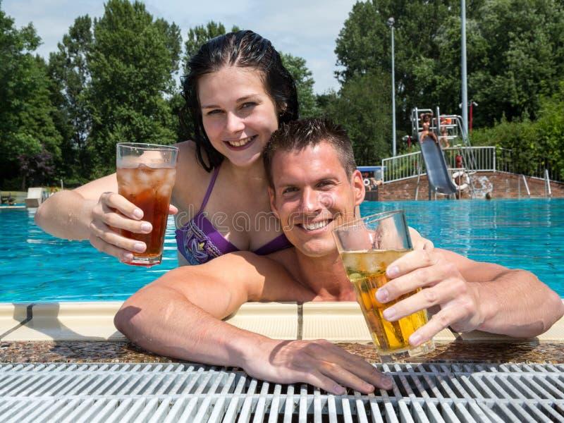 Dobiera się z napojami w sund przy basenem zdjęcie stock