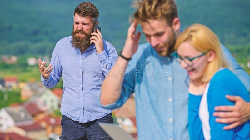 Dobiera si? koleg?w flirtuje podczas gdy szef ruchliwie z mobiln? rozmow? Para ma zabaw? podczas gdy interneta surfing plenerowy obraz royalty free