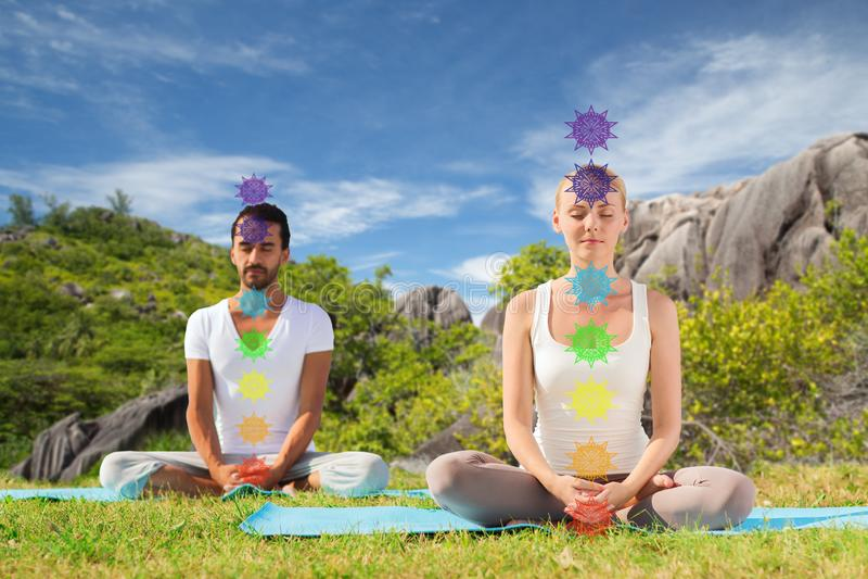 Dobiera si? robi? joga w lotosowej pozie z siedem chakras zdjęcia royalty free