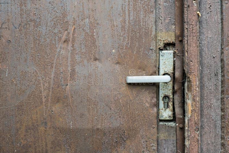 Dobl? el tirador en una puerta oxidada vieja imagen de archivo