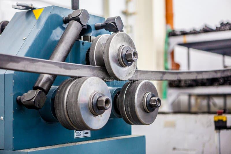 Dobladora del tubo en el taller imagenes de archivo