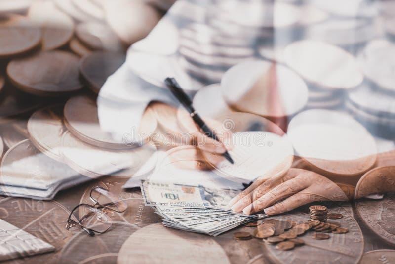 Doble exposición de las monedas estadounidenses y de las mujeres de negocios Valor financiero foto de archivo libre de regalías