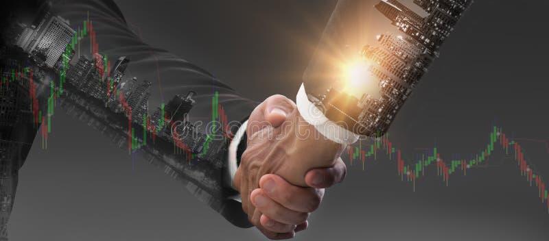 Doble exposición - El concepto de colaboración exitosa de CEO en fusiones de negocios, hombres de negocios dan la mano, hacen tra imagen de archivo libre de regalías