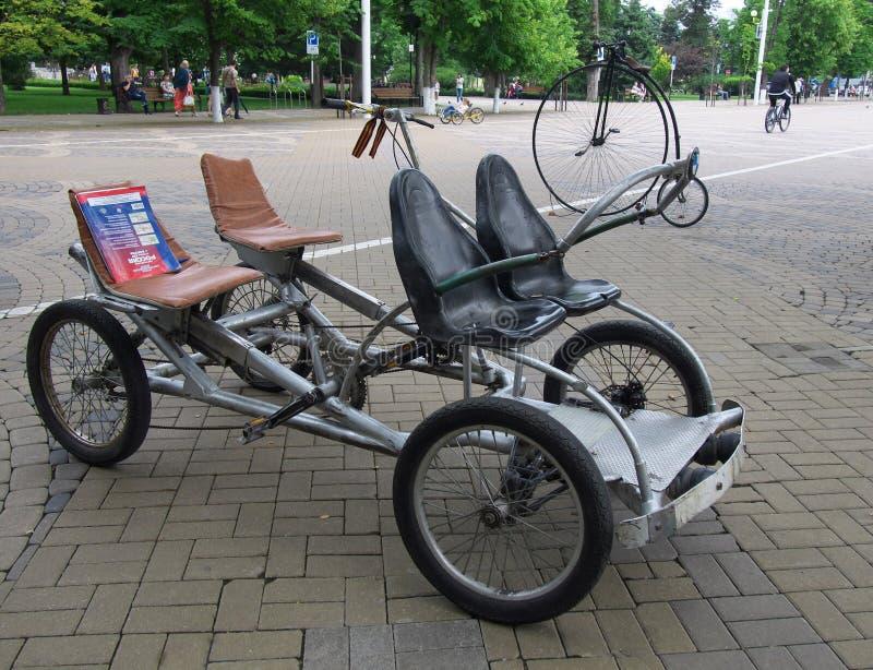 Doble velomobile en las calles de Krasnodar fotos de archivo