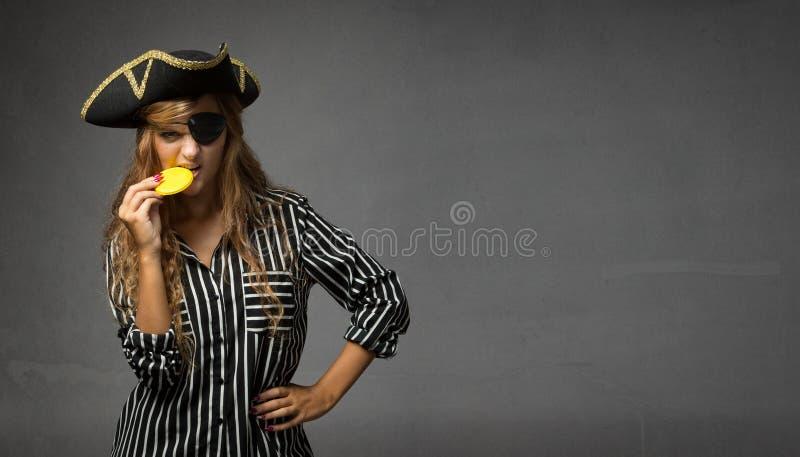 Download Doblone Mordace Dell'oro Del Cioccolato Del Pirata Immagine Stock - Immagine di alimento, espressioni: 56881379