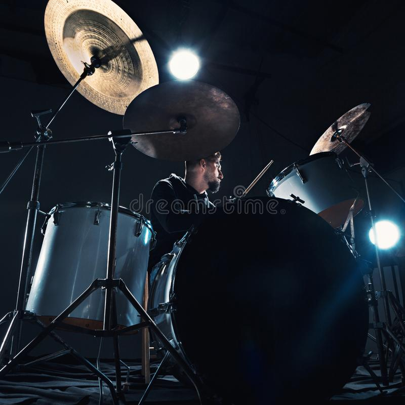 Dobosz próbuje na bębenach przed rockowym koncertem Obsługuje magnetofonową muzykę na bębenie ustawiającym w studiu obraz royalty free