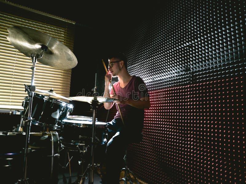 Dobosz w muzycznym studiu bawić się bębeny zdjęcie stock