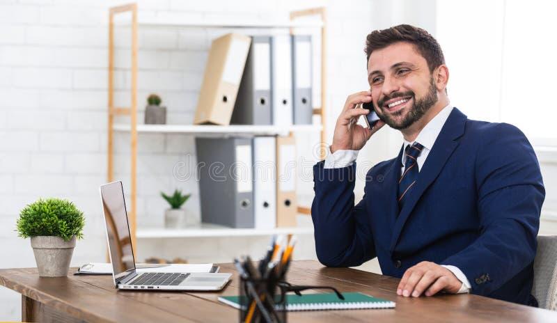 Dobra biznesowa rozmowa Mężczyzna opowiada na telefonie i ono uśmiecha się zdjęcia royalty free