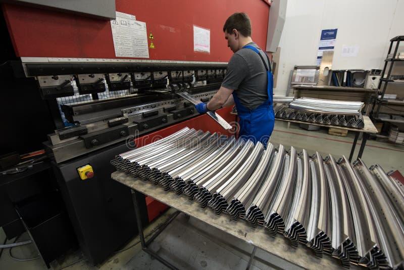 Dobra das placas de aço em uma máquina especial na planta do tra fotos de stock